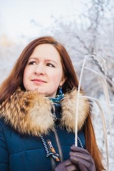 Fille d'apparence européenne sur une promenade dans la forêt d'hiver, parc, hiver et neige, santé, vêtements d'hiver, veste