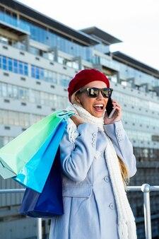 Fille appelant pendant les courses dehors