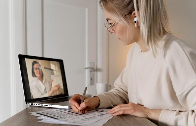 Fille apprenant l'anglais en ligne sur son ordinateur portable