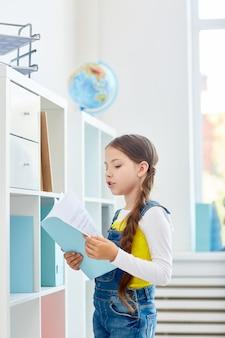 Fille apprenant un poème