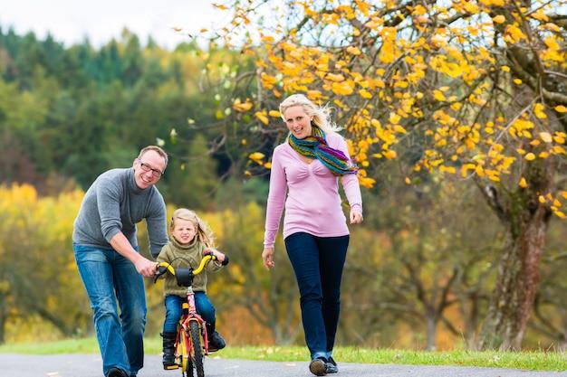 Fille, apprendre, cyclisme, dans, automne, ou, parc automne