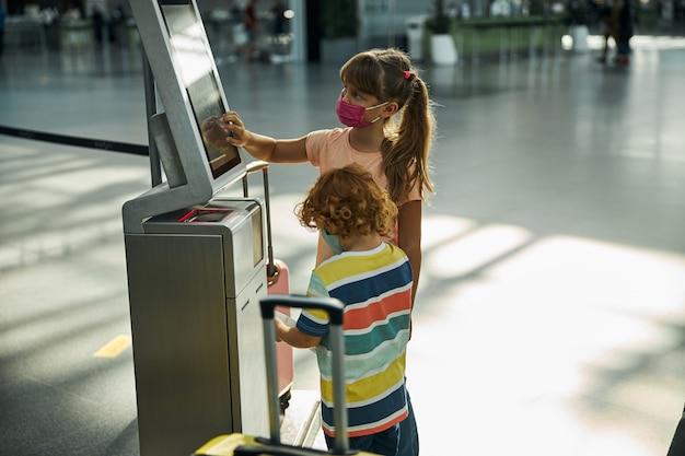 Fille appuyant sur des boutons sur un écran de dépôt de sac