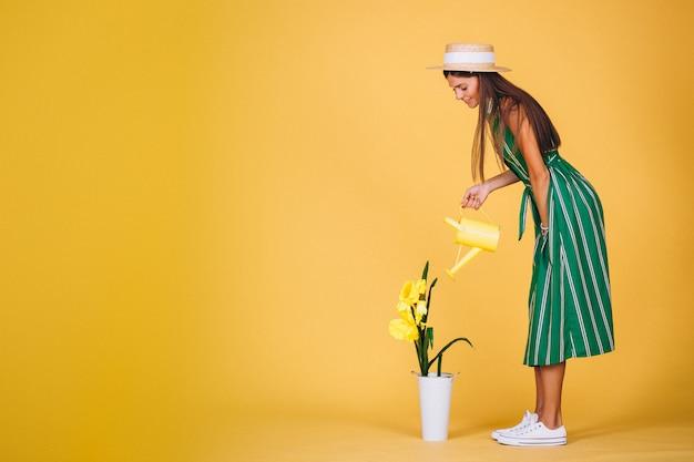 Fille arrosant des fleurs