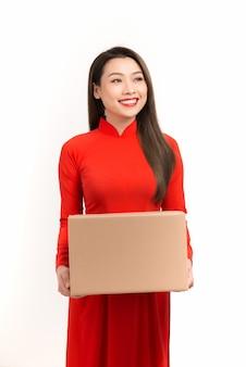 Fille asiatique à ao dai, concept célébrant le nouvel an lunaire ou la fête du printemps, isolé sur blanc.