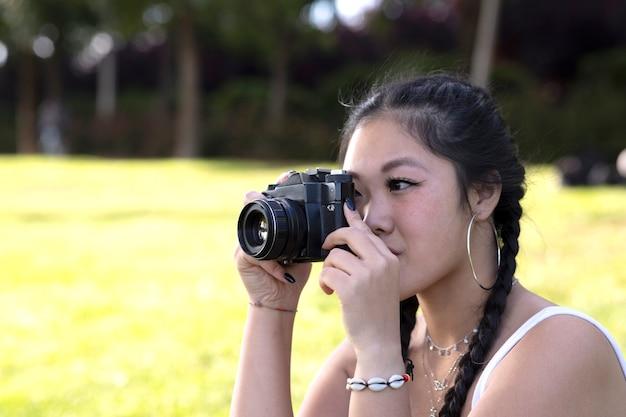 Fille asiatique avec appareil photo, voyage