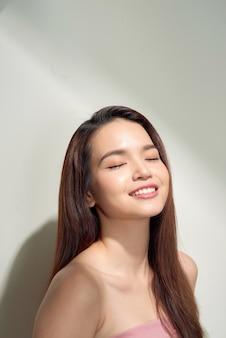 Fille asiatique de beauté aux cheveux longs et brillants. belle femme modèle avec une coiffure longue. soins et beauté