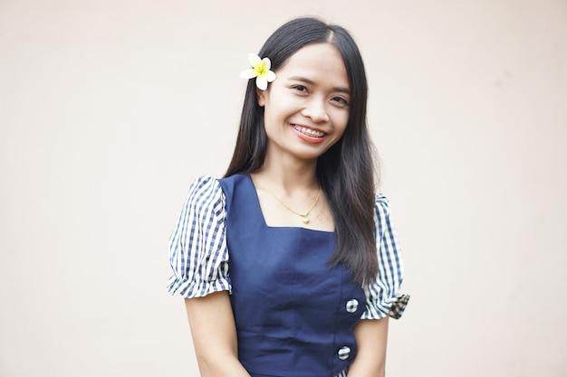 Fille asiatique en chemise rose souriant joyeusement