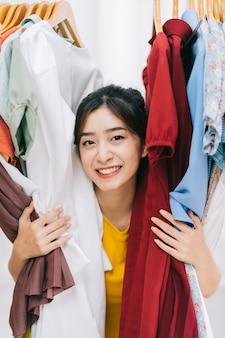 Fille asiatique coincée dans son désordre de vêtements