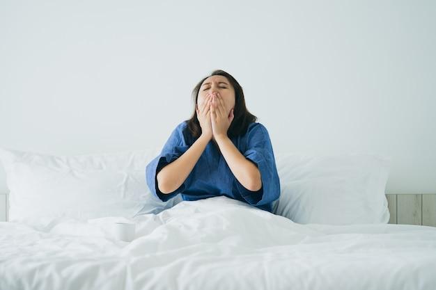 Fille asiatique étirement du corps après le réveil du matin. le rendre plus lumineux