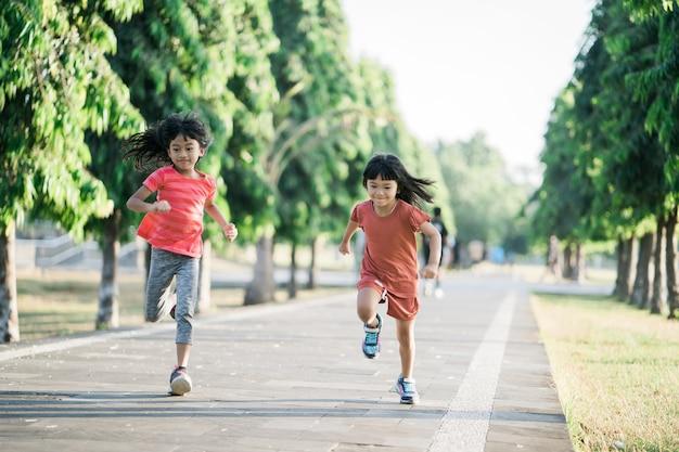 Une fille asiatique fait du jogging dans le parc le matin