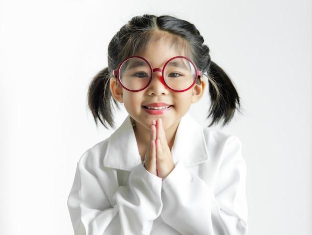 Fille asiatique avec de grandes lunettes et action de la suite de la science sur écran blanc