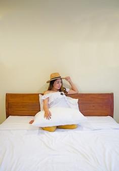 Fille asiatique sur lit blanc
