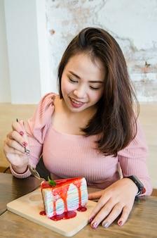 Fille asiatique mange un gâteau de crêpe
