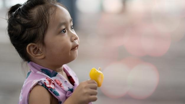 Fille asiatique, manger des glaces