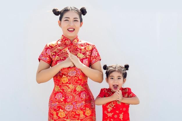 Fille asiatique et mère en costume chinois
