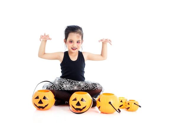 Fille asiatique avec peinture de visage à l'halloween