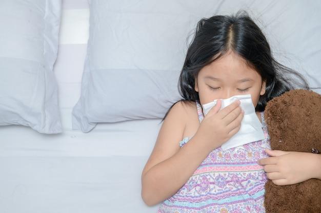 Fille asiatique se moucher le nez