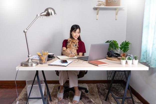 Fille asiatique travaillant à distance de la maison