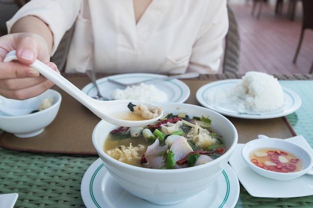 Fille asiatique, utilisation, cuillère, manger, nourriture thaï