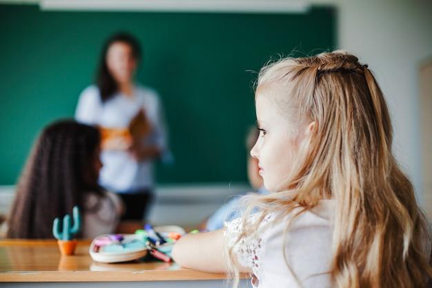 Fille assise en classe