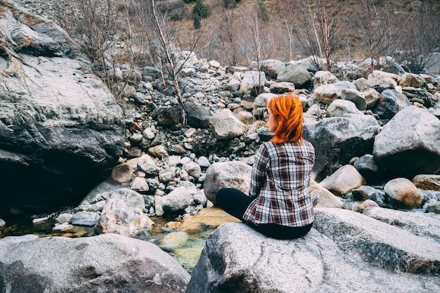 La fille assise sur le rocher