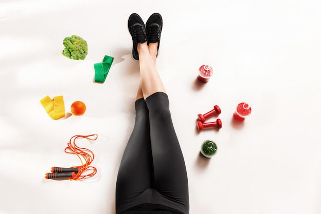 Fille athlétique avec des aliments sains sur le sol