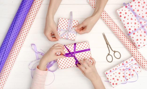 Fille attachée ruban sur le cadeau