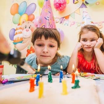 Fille en attente de gâteau d'anniversaire