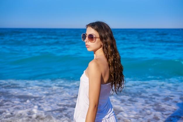 Fille au bord de mer de plage avec une robe d'été