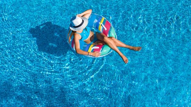 Fille au chapeau dans la piscine