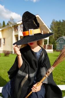 Fille au chapeau de sorcière et costume