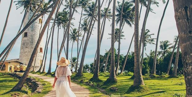 Fille au sri lanka sur une île avec un phare
