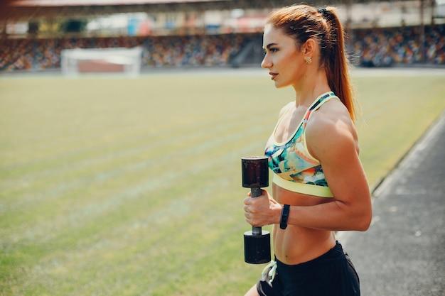 La fille au stade fait du sport