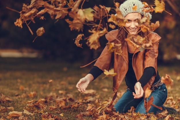 Fille en automne parc