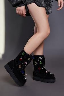 Fille en automne vêtements et chaussures