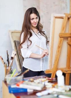 La fille aux cheveux longs peint avec des couleurs huile