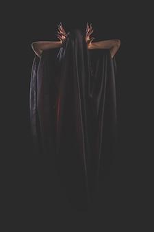 Une fille aux cheveux longs d'une sorcière essaie de s'enflammer