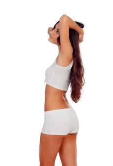 Fille aux cheveux longs en sous-vêtements blancs