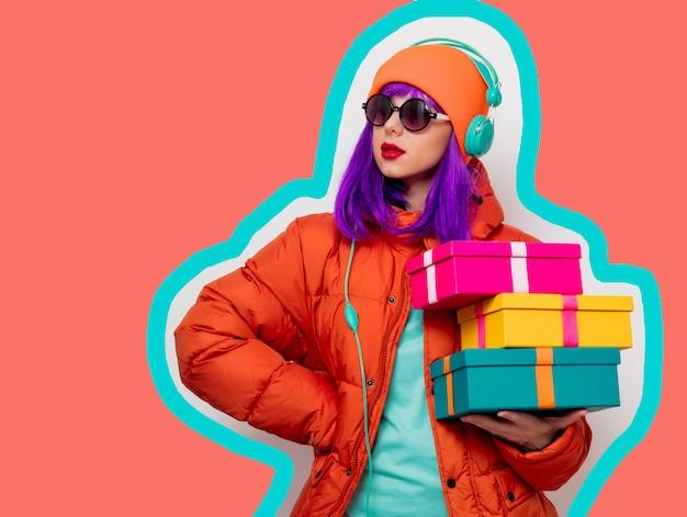 Fille aux cheveux violet avec des écouteurs et des cadeaux