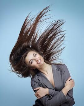 Fille aux cheveux volants posant