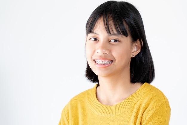 Fille aux dents bretelles souriante et heureuse