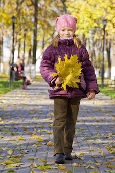 Fille aux feuilles d'érable