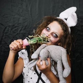 Fille aux oreilles de lapin, manger de l'oignon vert
