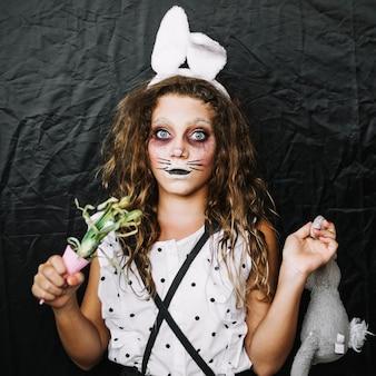 Fille aux oreilles de lapin et oignon vert
