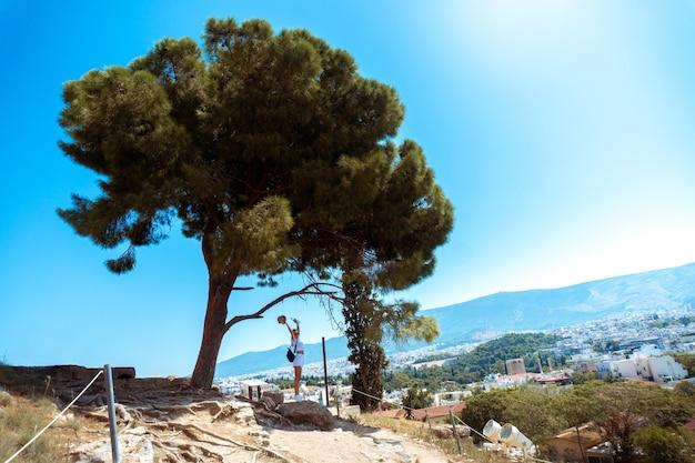 Fille aux ruines du grec ancien