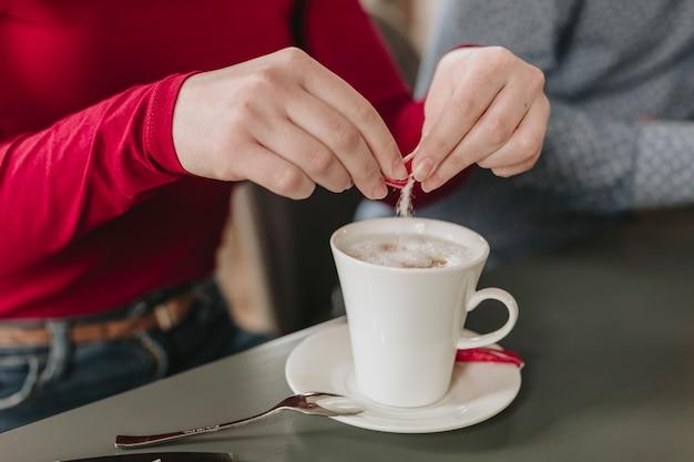 Fille ayant un café au restaurant