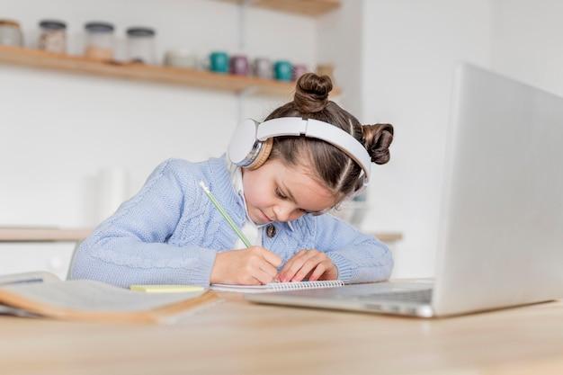 Fille ayant un cours en ligne
