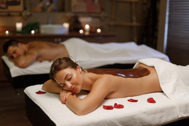 Une fille ayant un masque de chocolat après un massage balinais