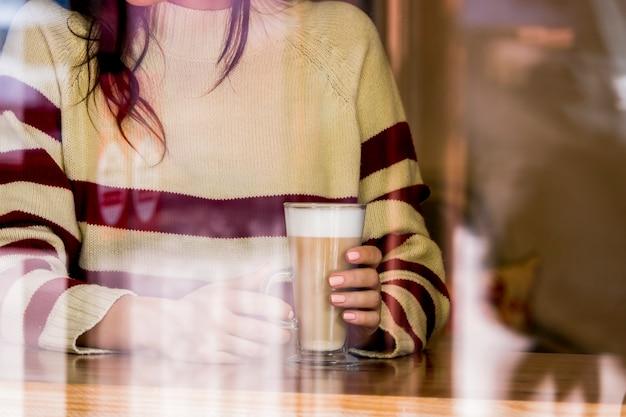 Fille ayant un verre de café