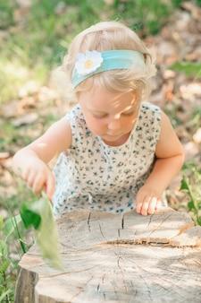 La fille balaie une souche avec une slop. photo de haute qualité